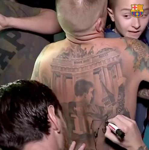 Месси украсил татуировку со своим изображением автографом. Фото скриншот с видео twitter.com/FCBarcelona