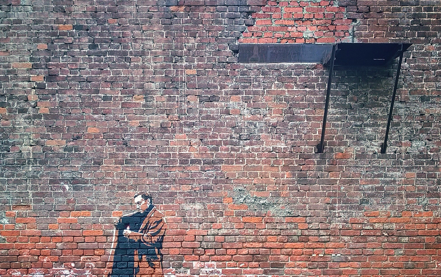 Работа художника процитировала одну из ключевых сцен фильма. Фото Скриншот Instagram @_greatkorney_, @ooohmyart.