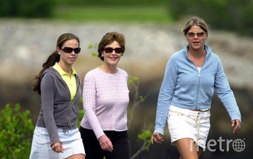 архивные фото. Дженна и Барбара Буш с матерью - Лорой Буш. Фото Getty