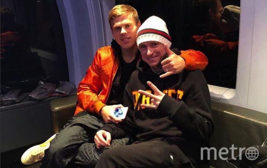 Футболисты развлекались в компании младшего брата Александра Кокорина Кирилла.