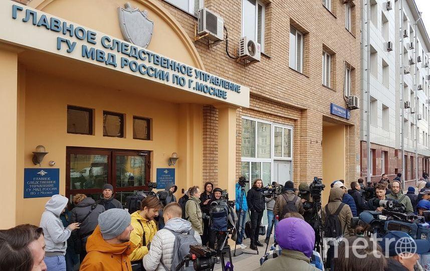 Журналисты ждут, когда футболисты явятся на допрос. Фото Василий Кузьмичёнок