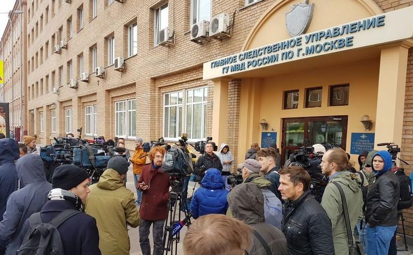 Перед входом в отделение полиции, куда должны были прибыть Мамаев и Кокорин.