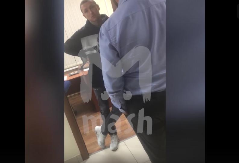 Видео с допроса из кабинета следователя главного следственного управления по Москве. Фото скриншот видео https://vk.com/mash