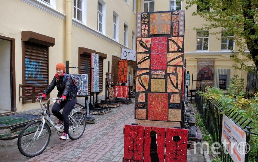 """Алексей считает, что благодаря его картинам в петербургском дворе становится светлее. Фото Алёна Бобрович, """"Metro"""""""