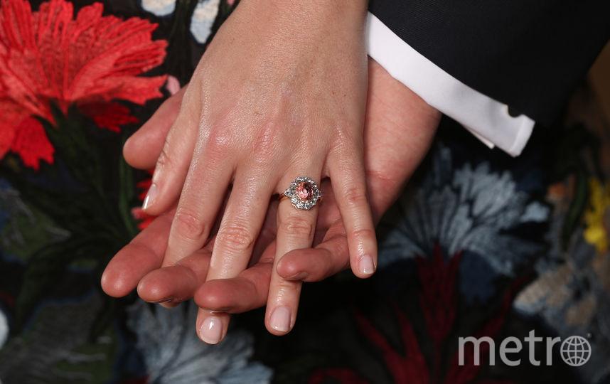 На помолвочном кольце Евгении – оранжево-розовый сапфир падпараджа в окружении бриллиантов. Фото Getty