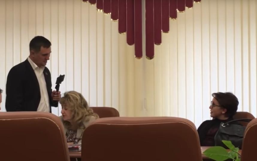 Депутат Николай Бондаренко обсуждает с министром Натальей Соколовой повышение прожиточного минимума для неработающих пенсионеров. Фото Скриншот, Скриншот Youtube