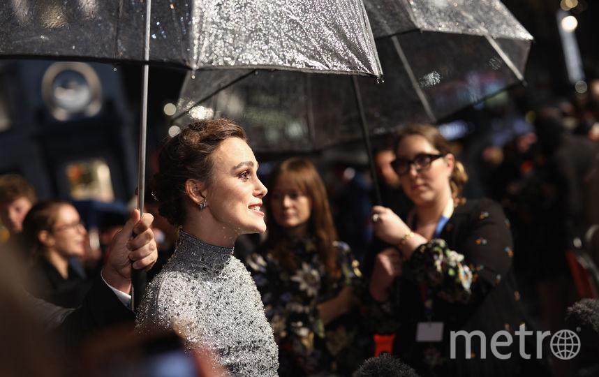 В день премьеры в Лондоне шел дождь. Фото Getty