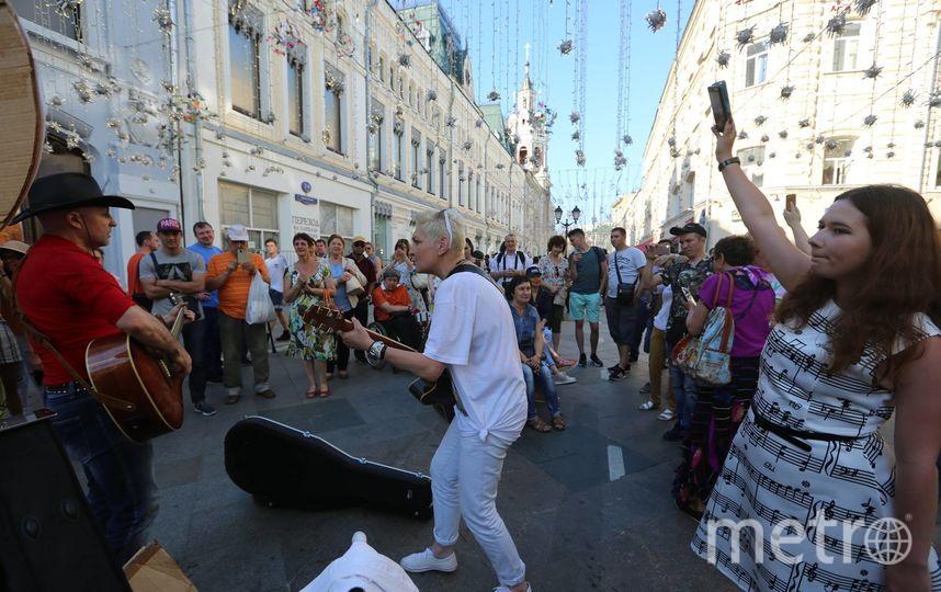 Олег Мокряков (слева), Алиса Димитриади (в центре) и другие уличные музыканты на Никольской улице во время чемпионата мира по футболу. Фото Андрей Зубец
