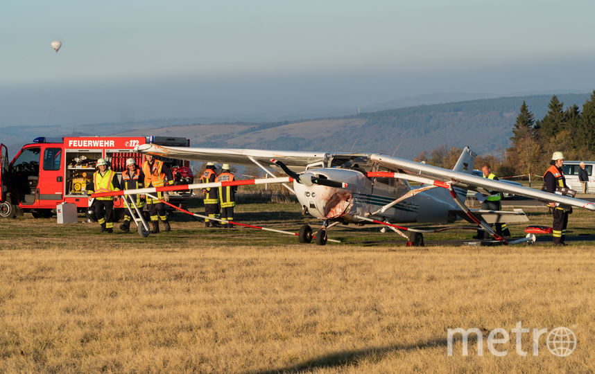 Самолёт Cessna, врезавшийся в толпу людей, и пожарные на месте происшествия. Фото AFP