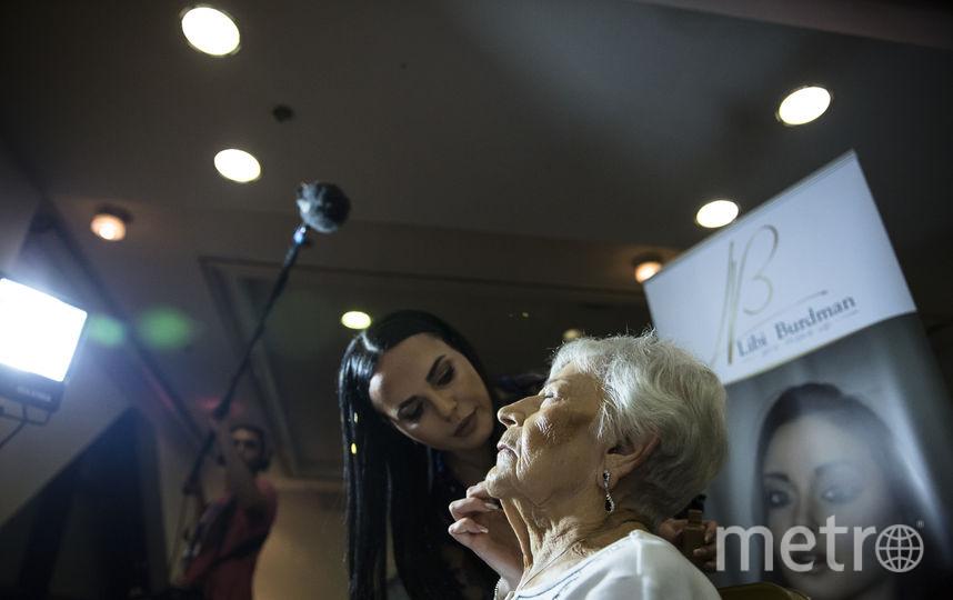 Гримёры готовят участниц конкурса красоты к выходу на подиум. Фото Getty
