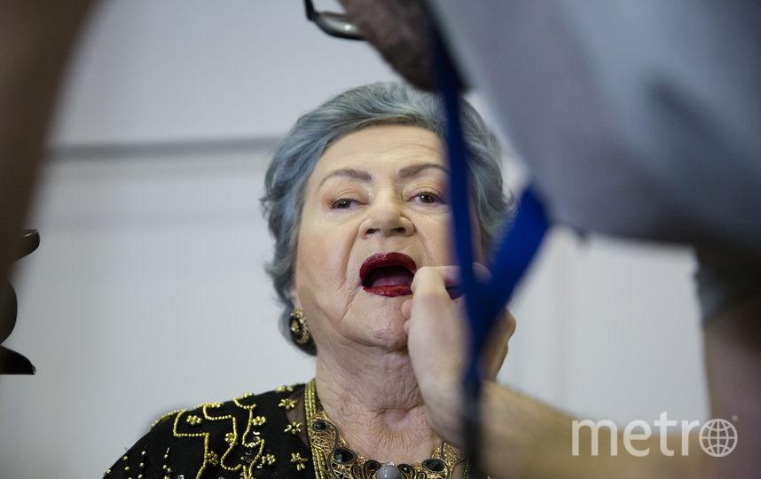Гримёры готовят участниц конкурса красоты к выходу на подиум. Полина Ллучин, 81 год. Фото Getty