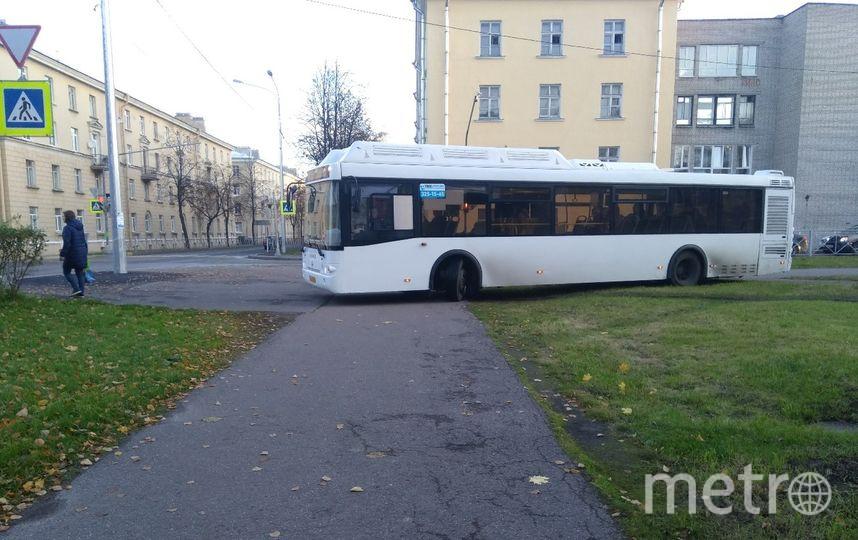 """Автобус """"сократил"""" путь. Фото Ирочка Кондратьева vk.com/mash, vk.com"""