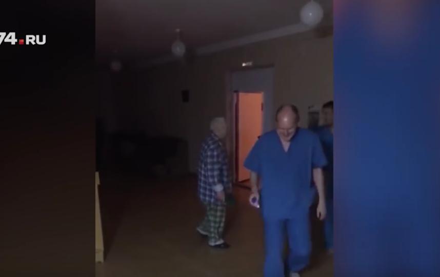 В Магнитогорске санитары издевались над дедушкой-пациентом. Фото Все - скриншот YouTube