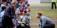 Меган Маркл обнималась с малышом и спасала от дождя принца Гарри: тур продолжается