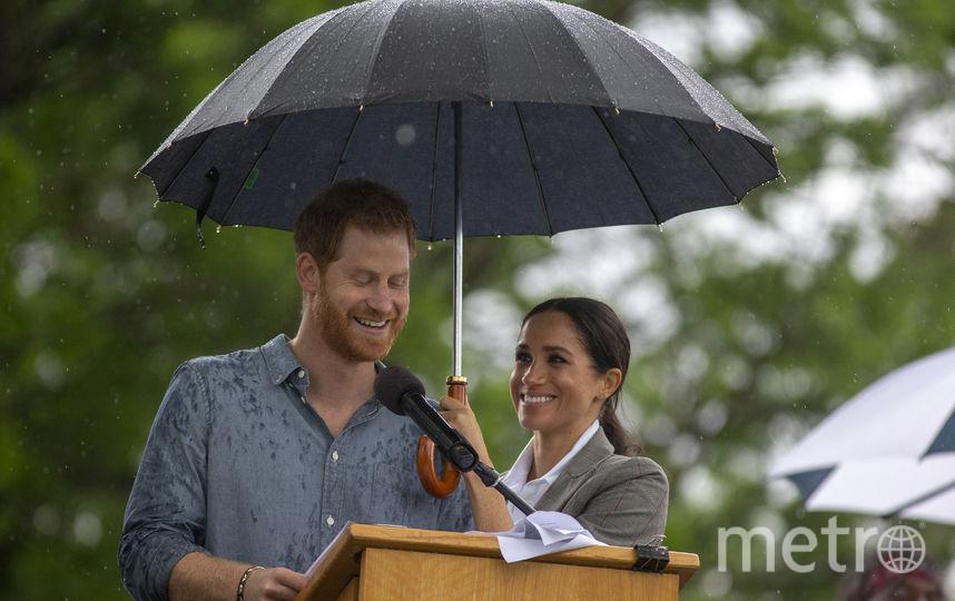 Принц Гарри и Меган Маркл в Австралии попали под дождь и Меган пришлось спасать Гарри. Фото Getty