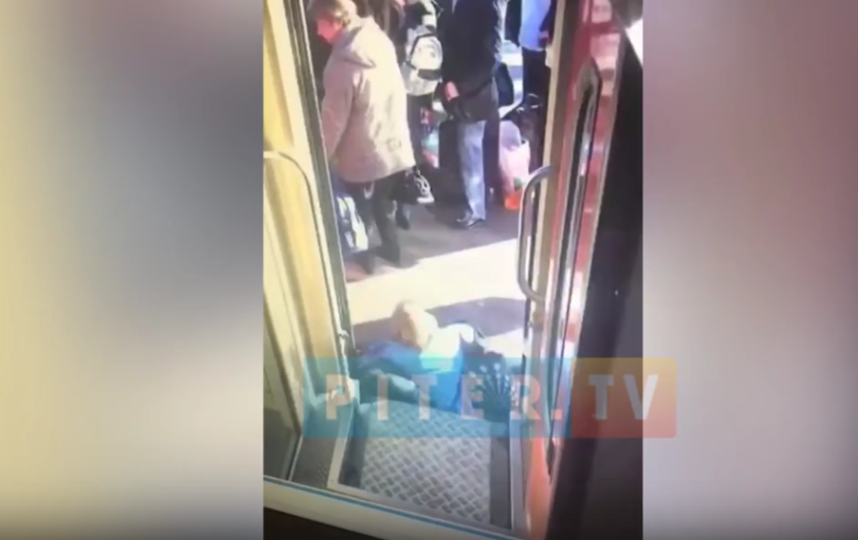 В Петербурге женщина провалилась между вагоном и платформой: видео. Фото Piter.TV