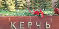 Москвичи несут цветы к мемориалу в Александровском саду в память о жертвах в Керчи