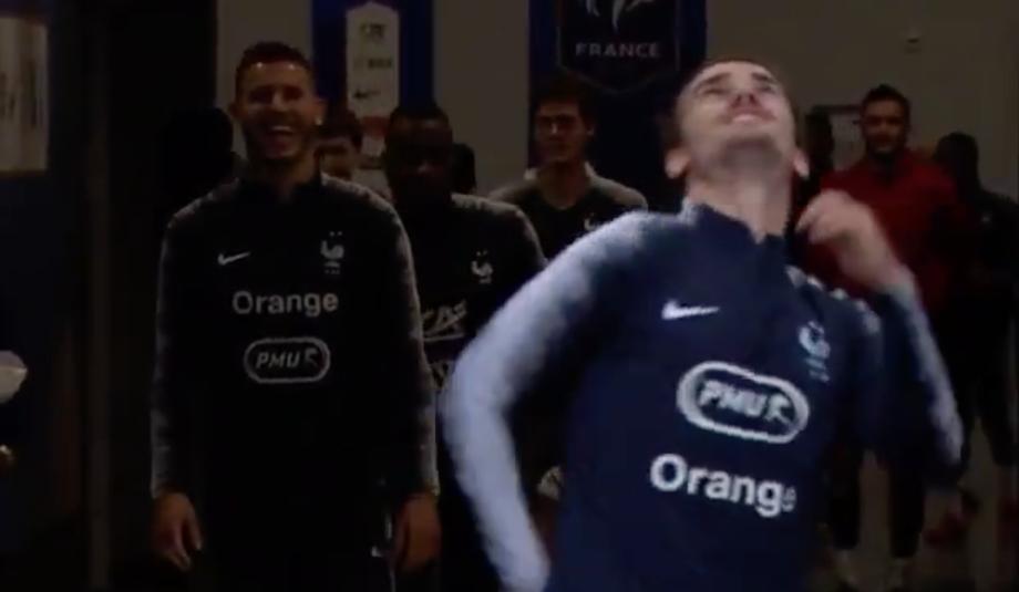 Гризманн повеселил других игроков. Фото скриншот с видео twitter.com/UEFAEURO