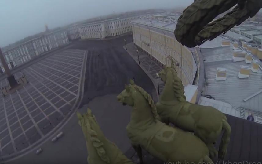Петербургских руферов сняли с крыши Главного Штаба. Фото Скриншот Youtube