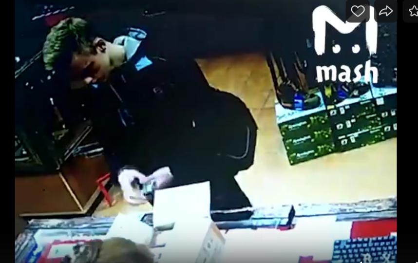 Снимок подозреваемого Владислава Рословцева в тот момент, когда он покупает патроны в магазине. Фото скриншот видео Telegram - канал mash
