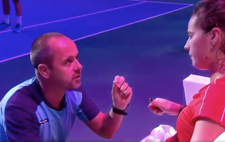 Касаткина после матча призналась, что просила тренера делать что угодно, даже кричать, чтобы помочь ей. Фото скриншот с видео twitter.com/kasatkinafp