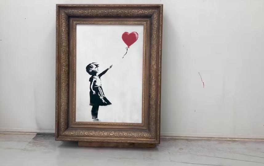 Бэнкси уничтожил свою картину, практически проданную на аукционе более чем за миллион фунтов. Фото Канал banksyfilm, Скриншот Youtube