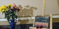 Петербуржцы несут цветы: на Моховой открыли книгу памяти погибших в Керчи