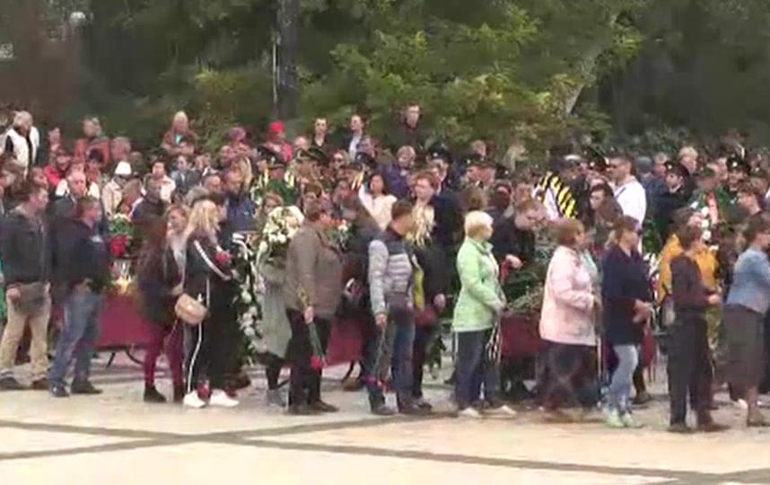 Прощание с погибшими в Керчи. Фото Mash, скриншот трансляции, vk.com