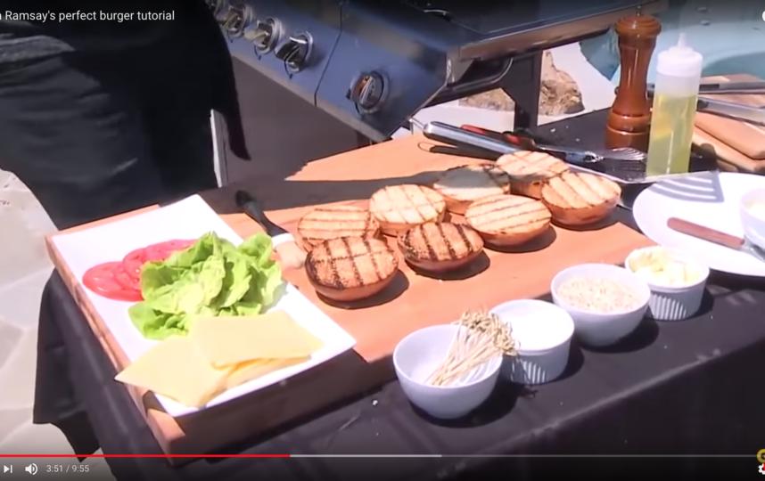 До обжарки повар советует щедро посолить и поперчить котлеты, а также по желанию сдобрить котлеты специями с обеих сторон, а также по бокам. Фото Скриншот Youtube