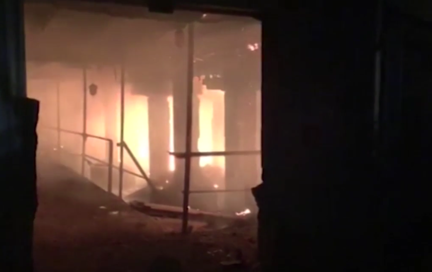 Рушатся кровля и стены: площадь пожара на крупнейшем заводе Северной Осетии увеличилась. Фото Все - скриншот YouTube