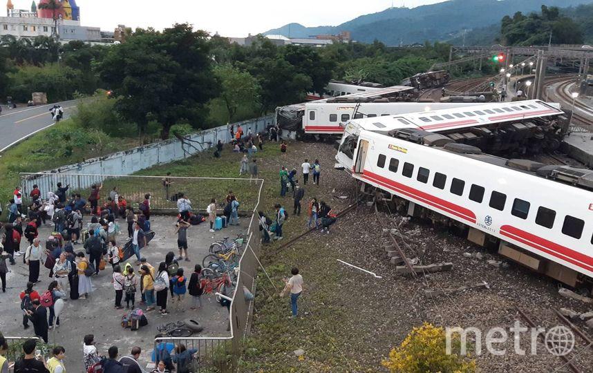 Несколько вагонов тайваньского пассажирского поезда перевернулись. Погибли 17 человек. Фото AFP