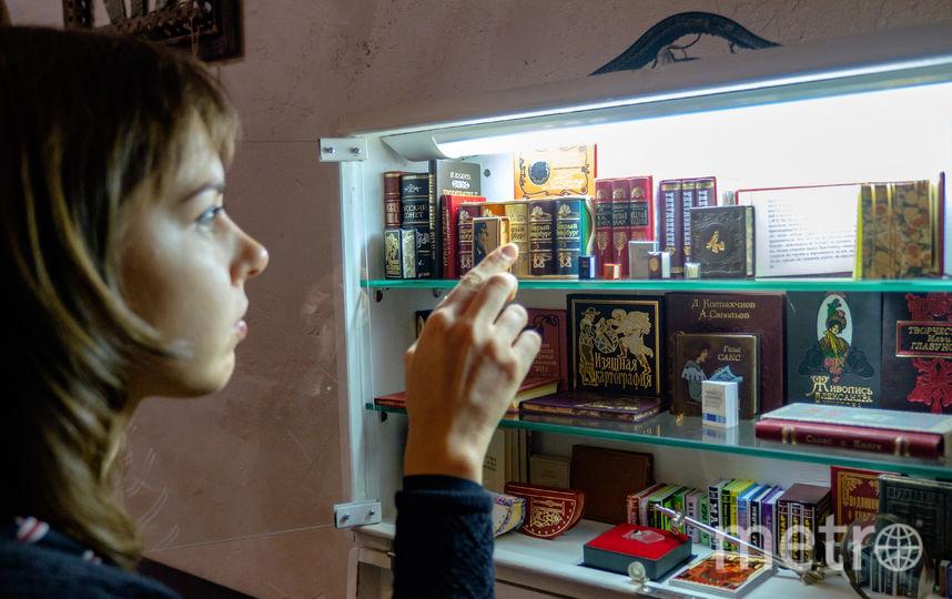 """В петербургском Музее """"Русский Левша"""" открылась крошечная, но уникальная выставка """"Библиотека в чемодане"""". Фото Алена Бобрович., """"Metro"""""""