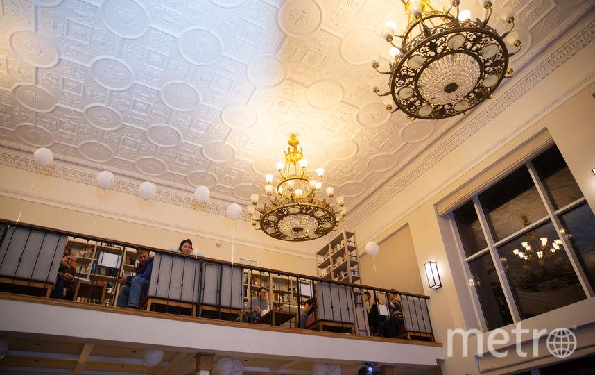 На балконе можно уединиться и полюбоваться интерьерами здания. Фото Василий Кузьмичёнок