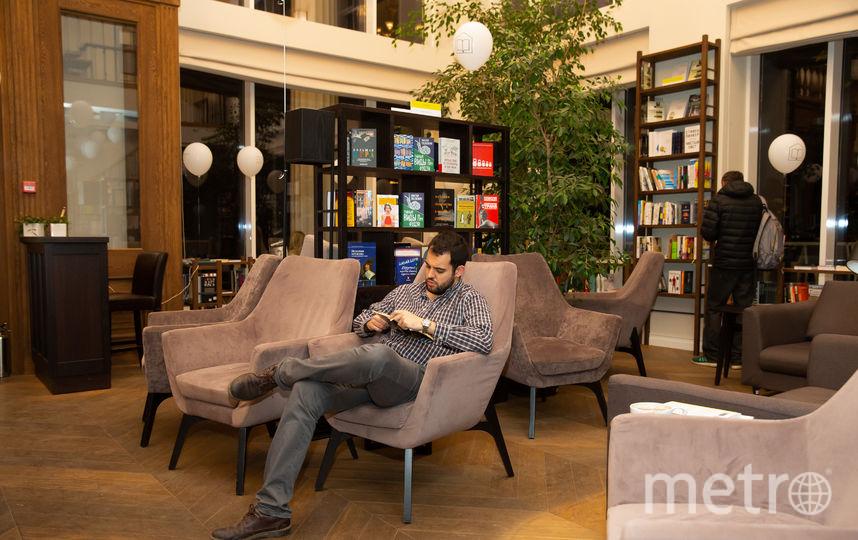 В отличие от обычной библиотеки, в Павильоне комфортные мягкие кресла. Фото Василий Кузьмичёнок