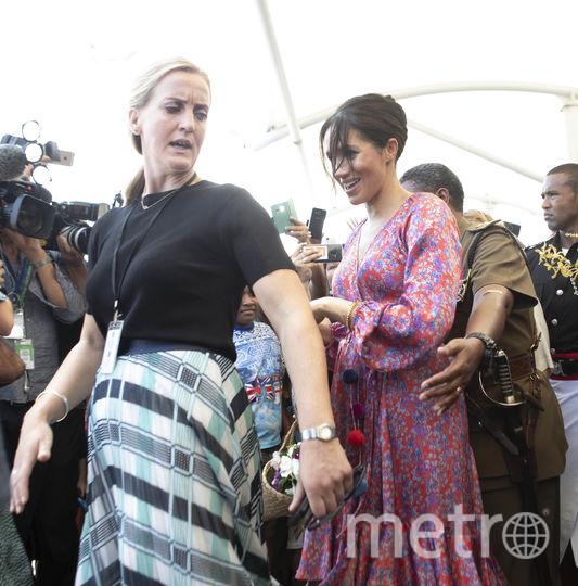Меган Маркл на Фиджи. Ее уводят с рынка в экстренном порядке. Фото Getty