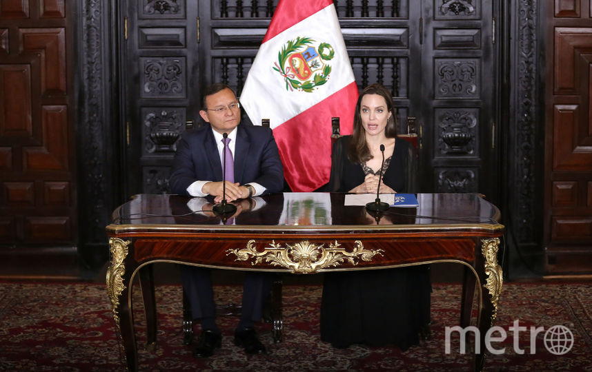 Анджелина Джоли и министр иностранных дел Перу Нестор Пополицио. Фото AFP