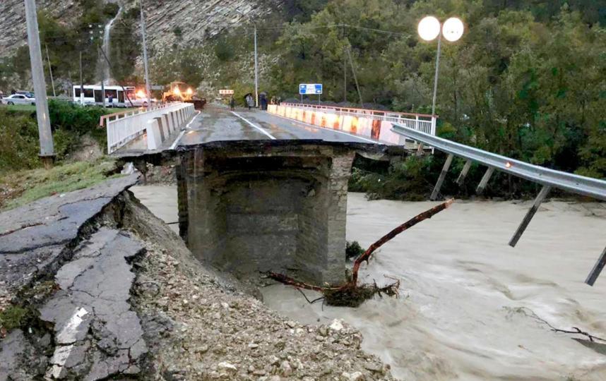 Прервано автомобильное сообщение на федеральной трассе А-147 Джубга-Сочи из-за повреждения моста через реку Макопсе. Фото Скриншот facebook.com/profile.php?id=100001153792744