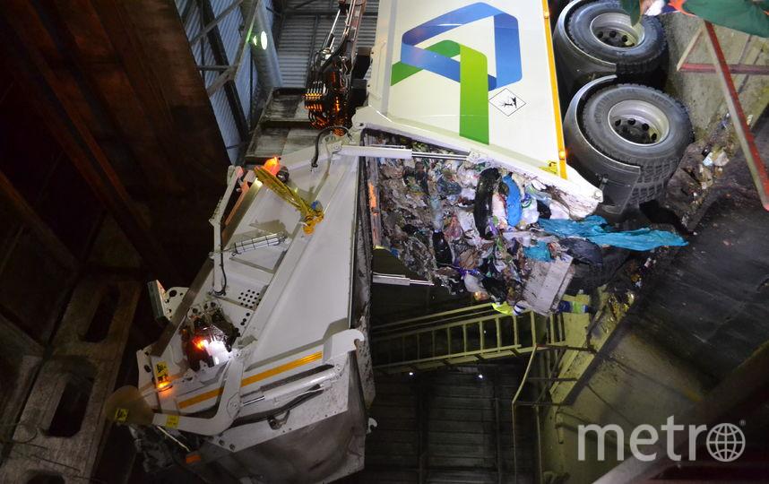 """Грузовики привозят мусор и сваливают его в приемники. Фото Ольга Рябинина, """"Metro"""""""
