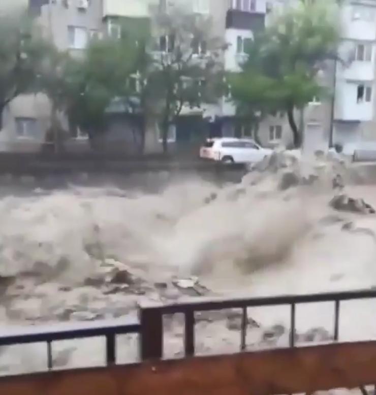 Катастрофа просто: жители Краснодарского края делятся пугающими фото.