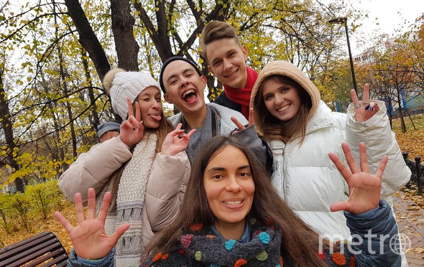 Студенты РГГУ с радостью согласились на неожиданное фото с репортёром Metro (в центре). Правда, я говорила им про обложку... Фото Василий Кузьмичёнок
