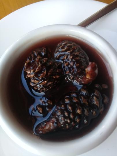 """Липовый чай с вареньем из кедровых шишек и имбирём. Фото Мария Позина, """"Metro"""""""
