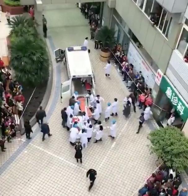 Медики оказывают помощь пострдавшим детям. Фото twitter.com/CQQiJing