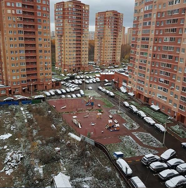 Первый снег увидели и жители Лобни.