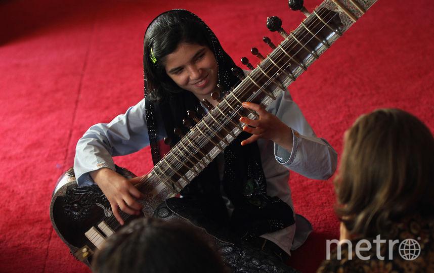 Девушка играет на ситаре. Фото АРХИВНОЕ ФОТО, Getty