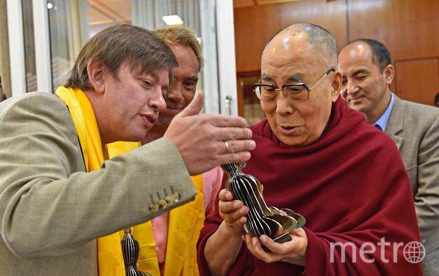 Василий Клюкин дарит фигурку Будды Далай-Ламе. Фото предоставлены Василием Клюкиным