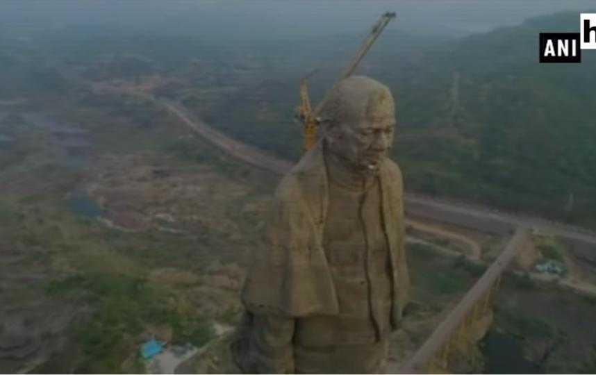 """В штате Гуджарат на западе Индии полным ходом идет подготовка к открытию самой большой статуи в мире. Фото Канал """"Hindustan Times""""., Скриншот Youtube"""