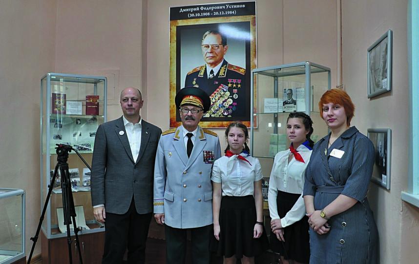 Внук легендарного полководца Сергей Немцов (слева) на открытии музейной экспозиции. Фото Предоставлено организаторами