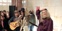 Полина Гагарина изменила внешность и спела в московском метро. Видео