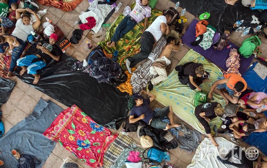 Целый караван мигрантов движется на границу с США. Фото AFP