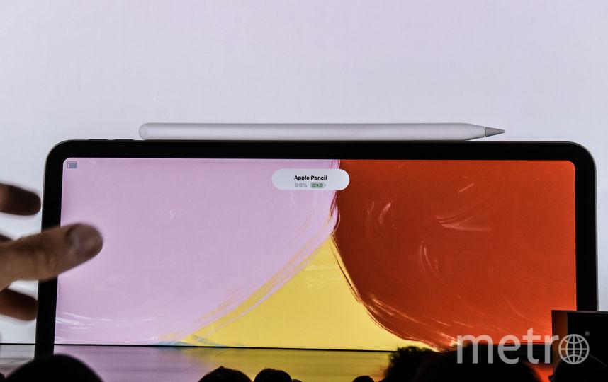 Новое перо Apple Pencil. Оно будет примагничиваться к грани планшета и заряжаться от него же. Фото AFP